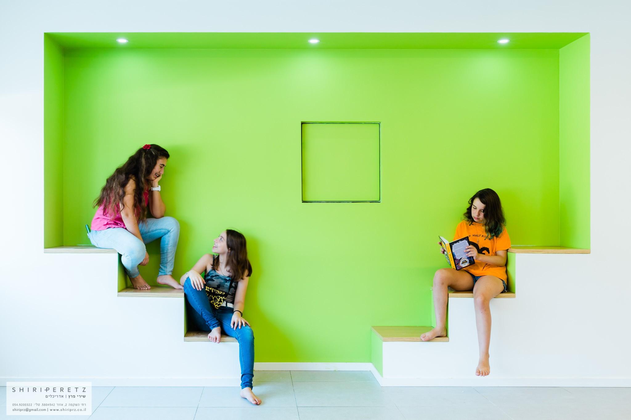 פינת ישיבה לתלמידים - מדרגות בקיר